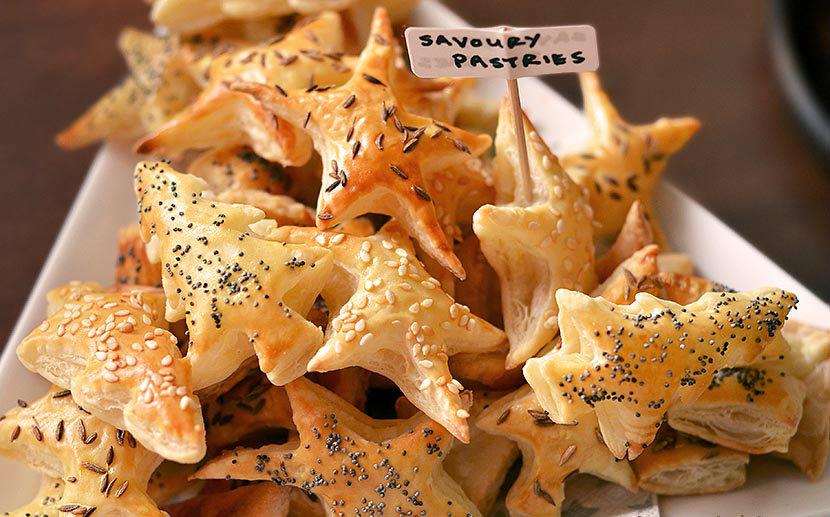 Hartige kerstkoekjes feestelijke bladerdeeghapjes - Ideeen van voorgerecht ...