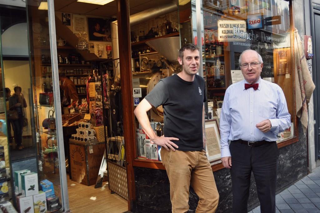 Links: koffiebrander Pieter Rechts: eigenaar dhr. Berghof