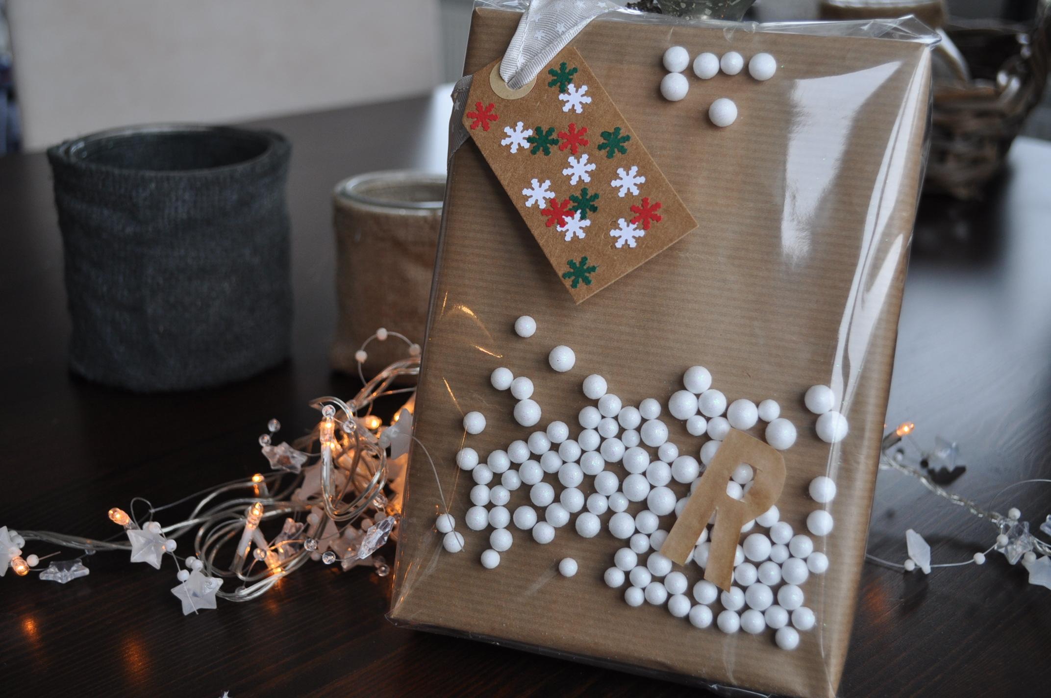New Kerstcadeaus inpakken met bruin papier & doorzichtige folie &GL33