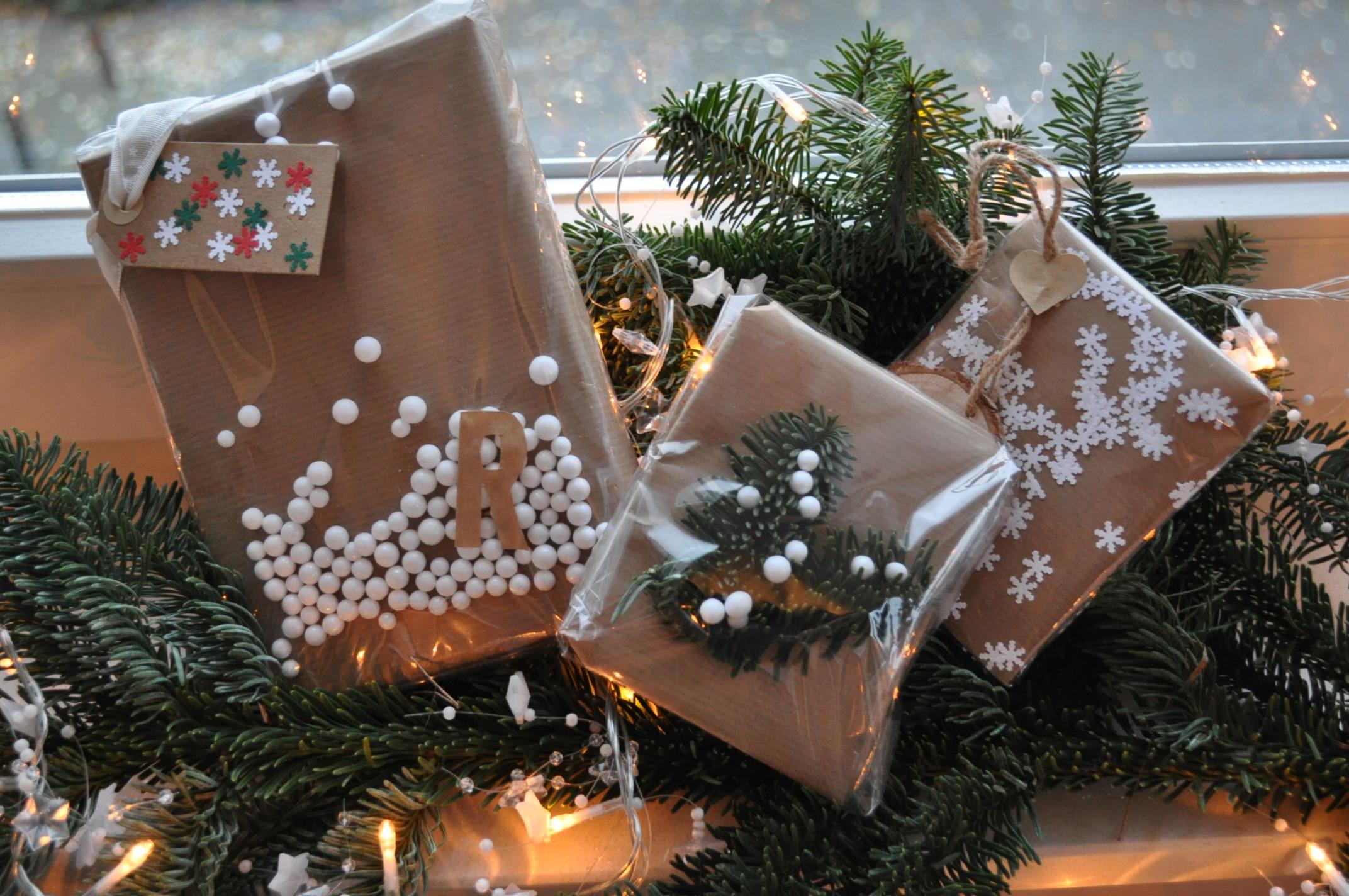 kerstcadeautjes inpakken met bruin papier en doorzichtige folie