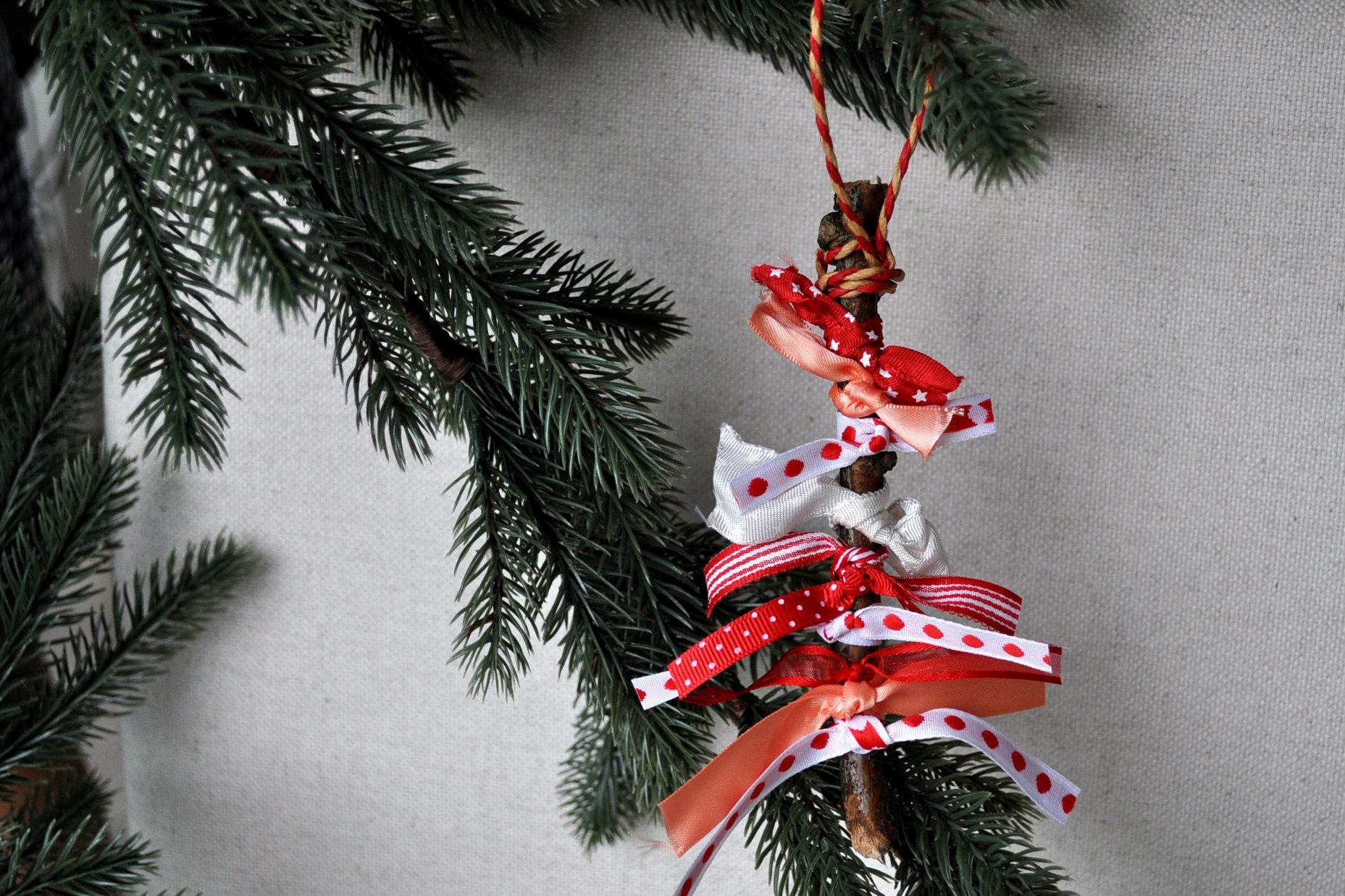 Kerstversiering maken: diy kerstboompje van twijgje & lint