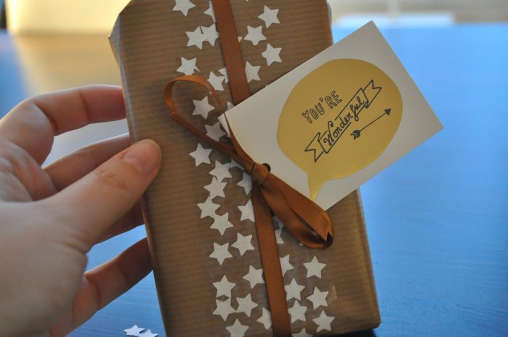 kerstcadeautje met papieren sterretjes