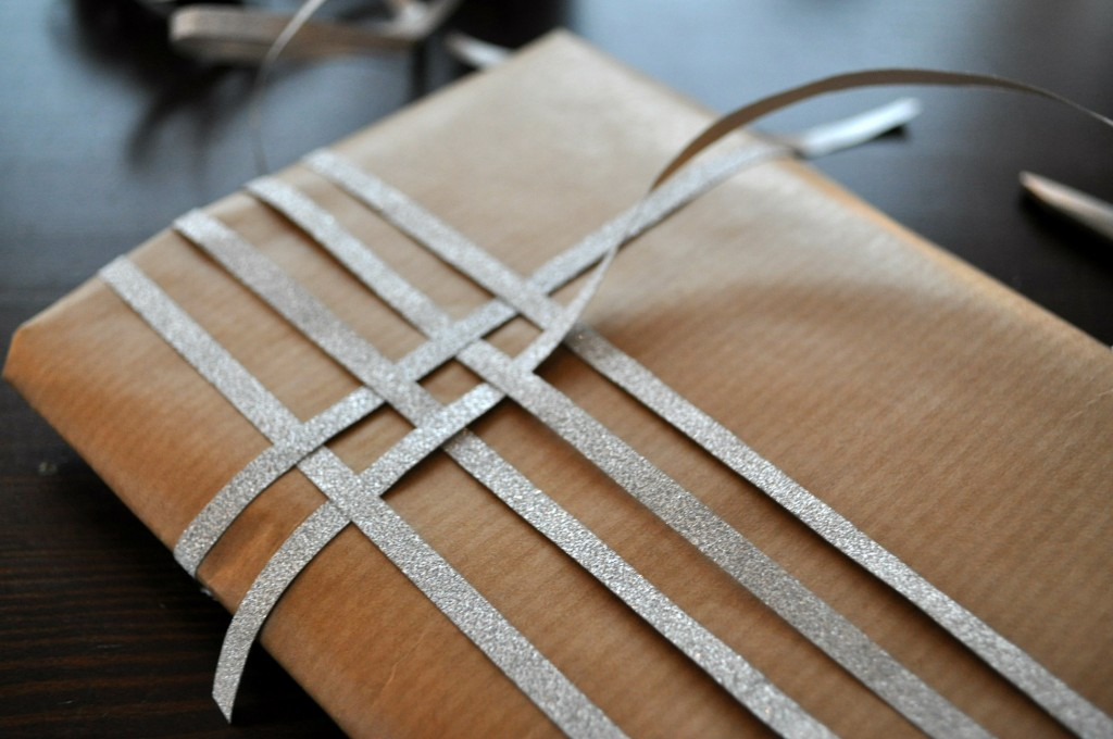 kerstcadeautjes inpakken bruin papier lint