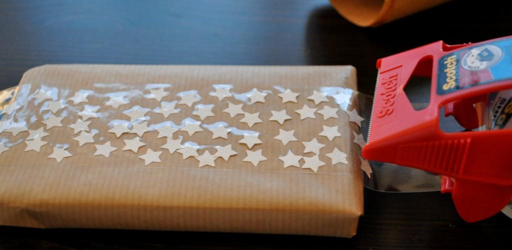 sterretjes op cadeautje plakken