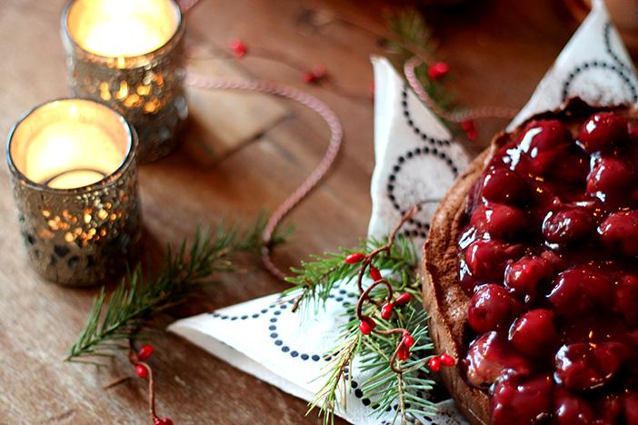Chocolade truffeltaart met kersensaus, Kerstdessert, Kersttoetje