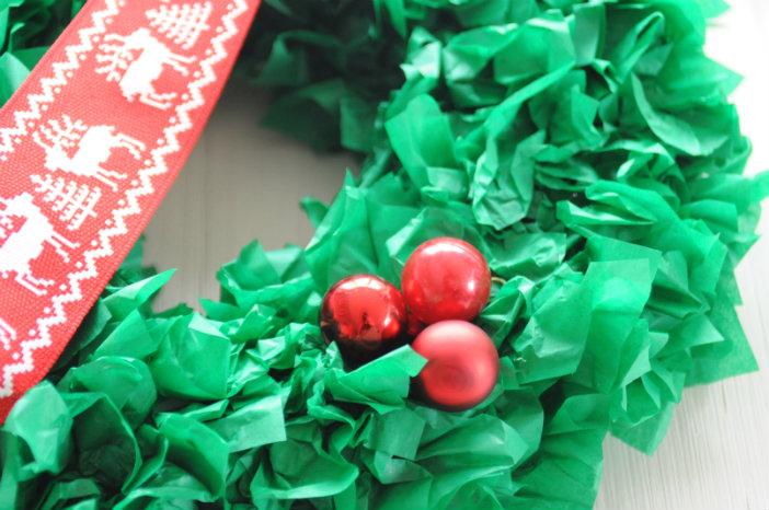 kerstkrans maken hulst kerstballetjes