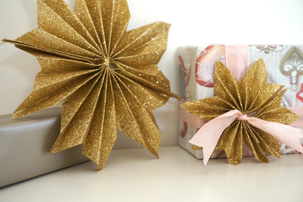 kerstcadeautjes inpakken kerstster vouwen