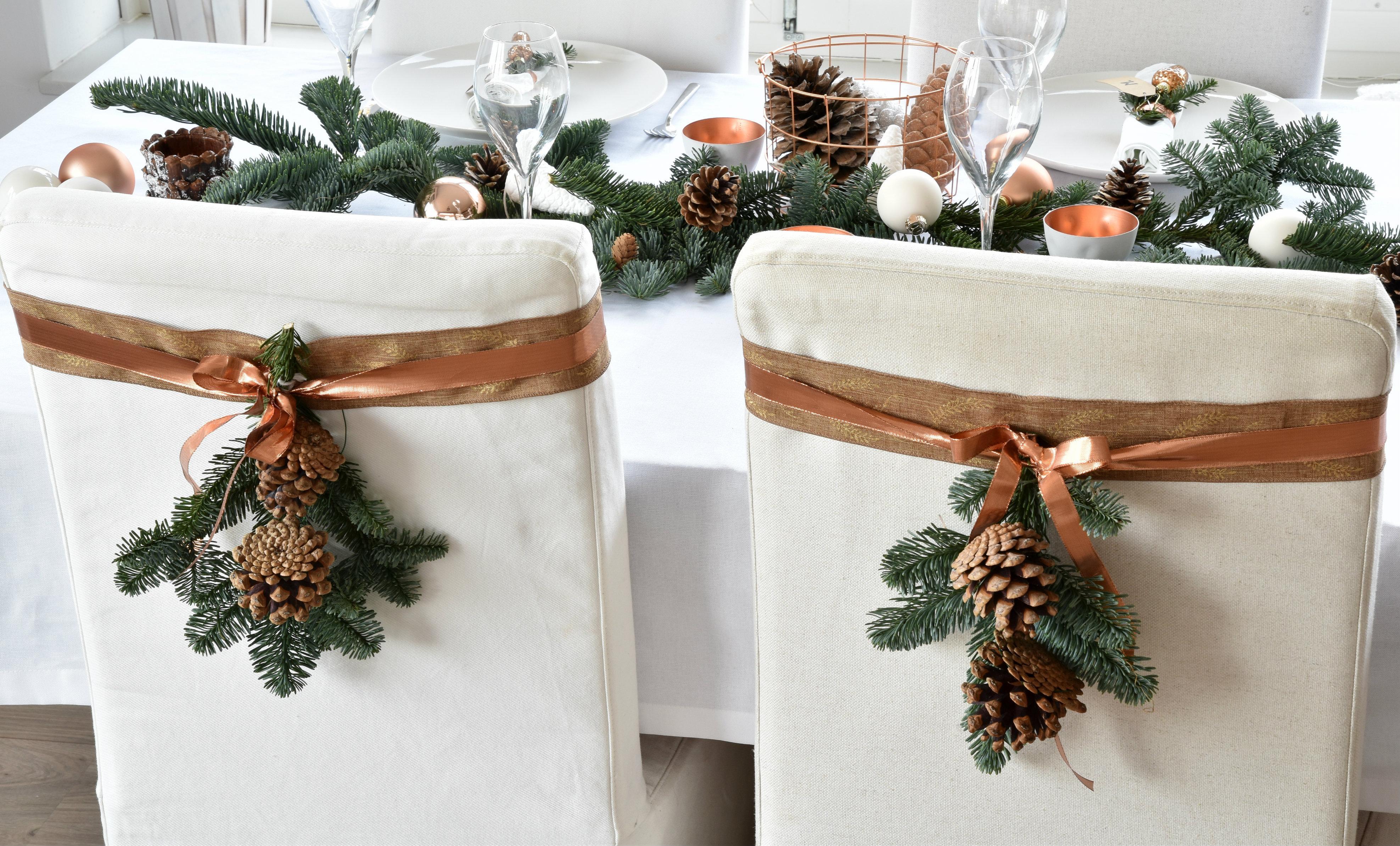 De kersttafel dekken voor het kerstdiner  sfeer in wit  u0026 koper