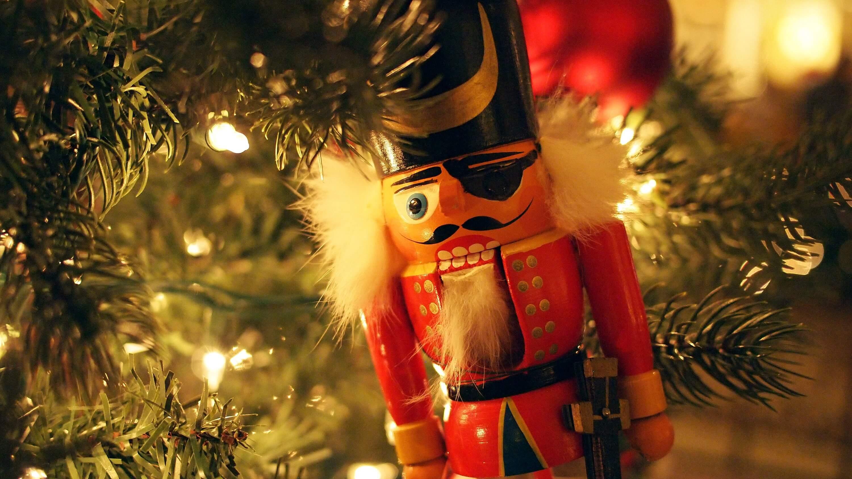 traditionele notenkraker in kerstboom
