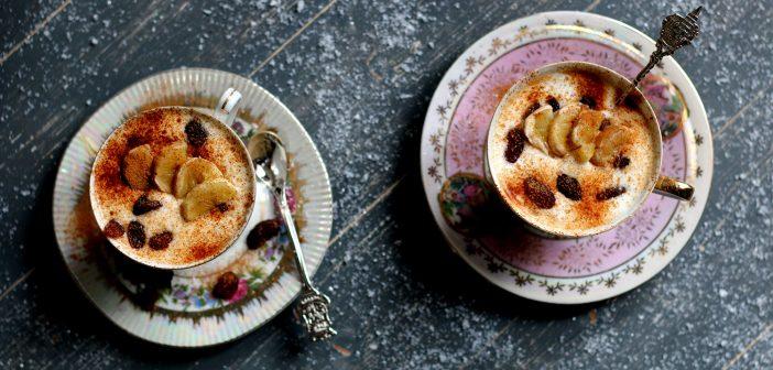 Gezond kerstdessert: bananenyoghurt met rozijnen en kaneel