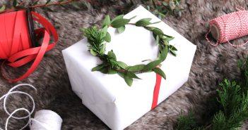 Cadeautjes versieren met kerstkransjes van echt groen
