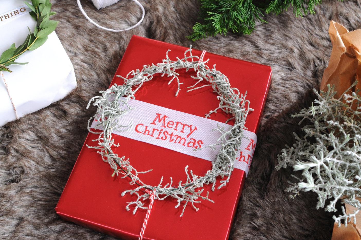 kerstkrans-op-rood-ingepakt-kerstcadeautje