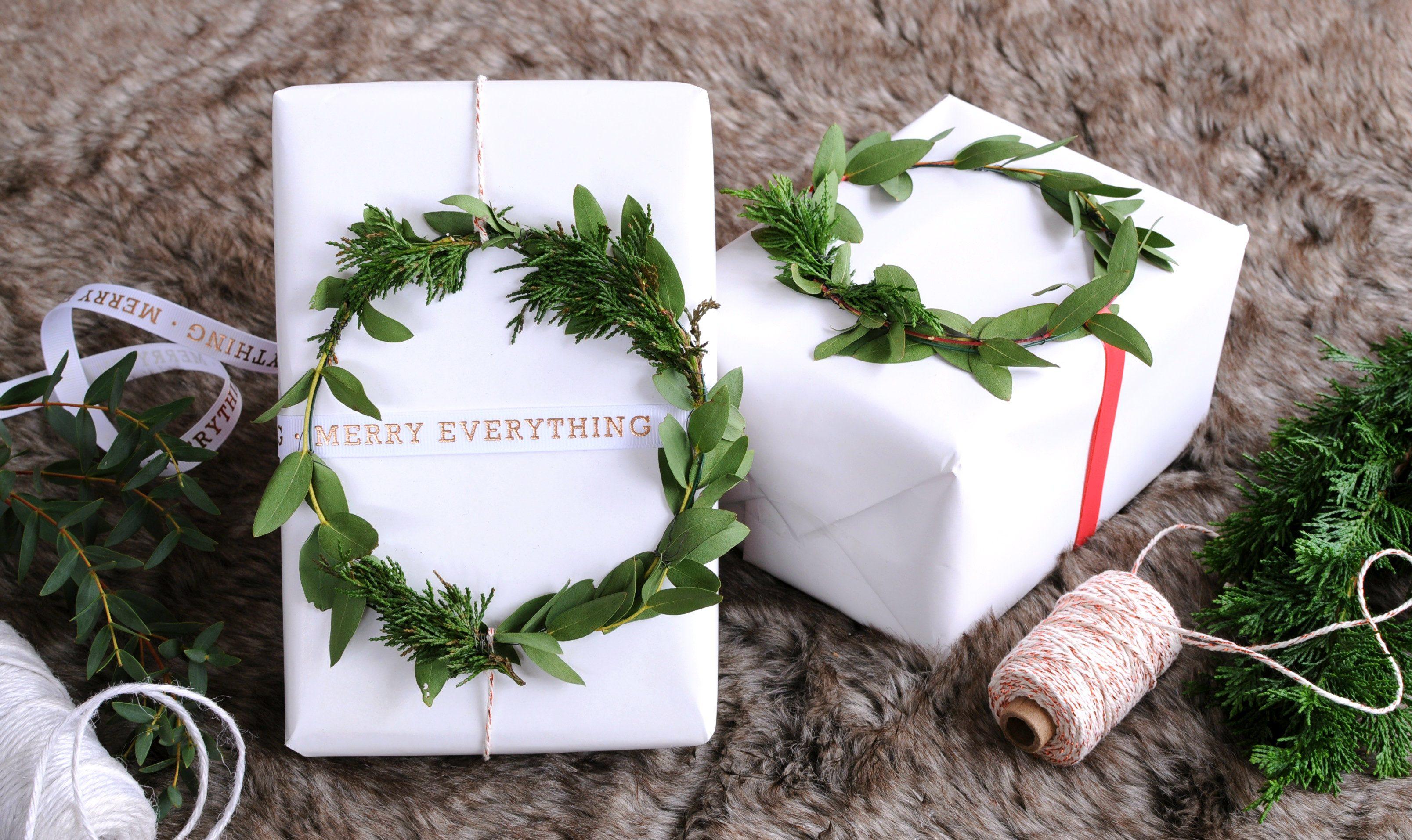 kerst cadeaus inpakken met kerstkrans