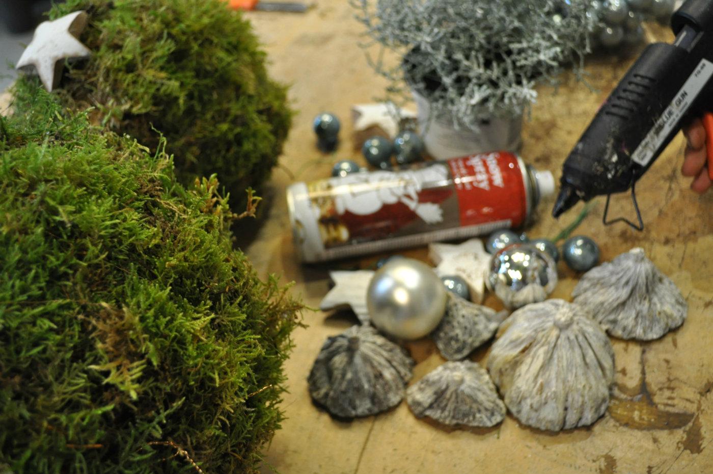 spulletjes-benodigdheden-mos-bollen-kerst