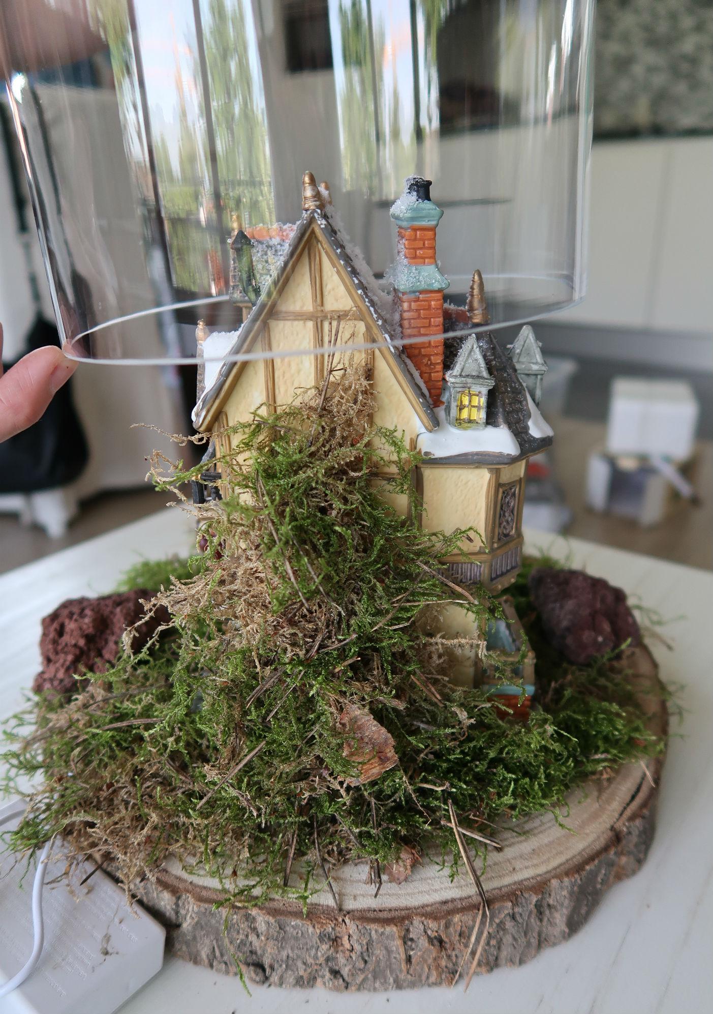 Klein kerstdorp maken onder een stolp for Boomstam decoratie