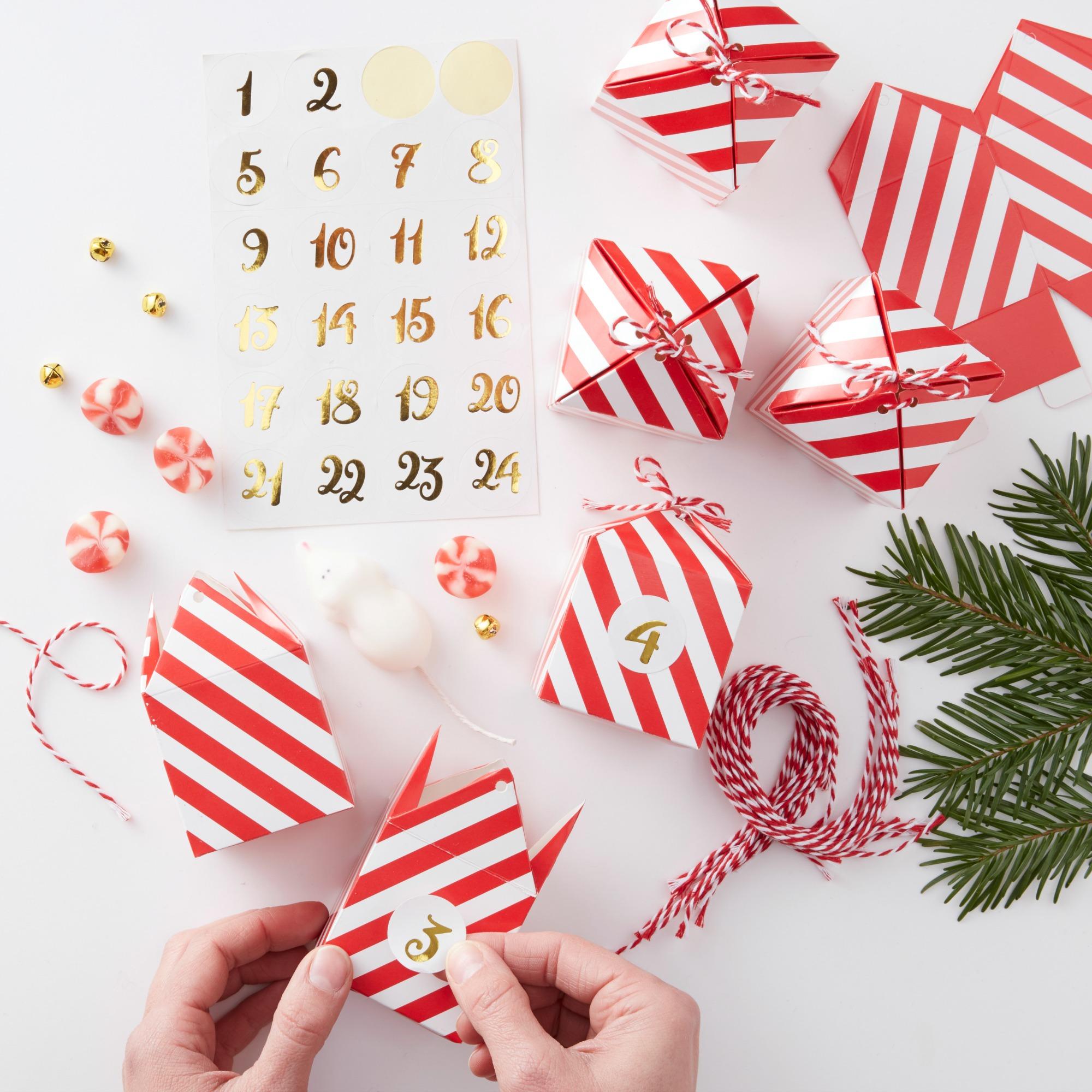5e6ff66b9b6 O.a. het exemplaar op de foto hierboven, te koop voor €8,50 bij What a  Wonderful Christmas. Ook IKEA heeft trouwens een set minidoosjes om  adventscadeautjes ...