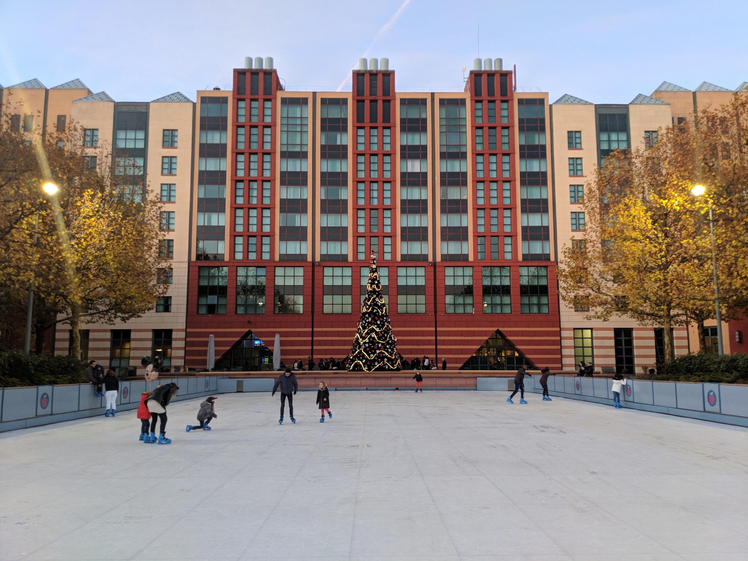 Disneyland Parijs - Kerst 2017 - Disney's Hotel New York met kerstboom en schaatsbaan