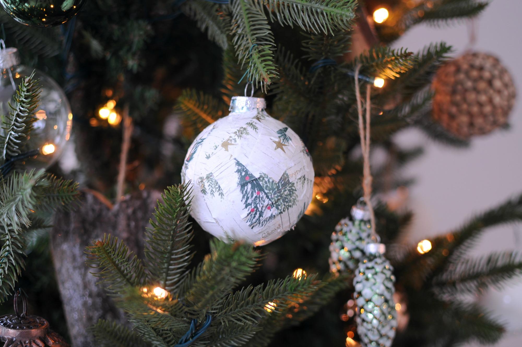kerstballen plakken papier