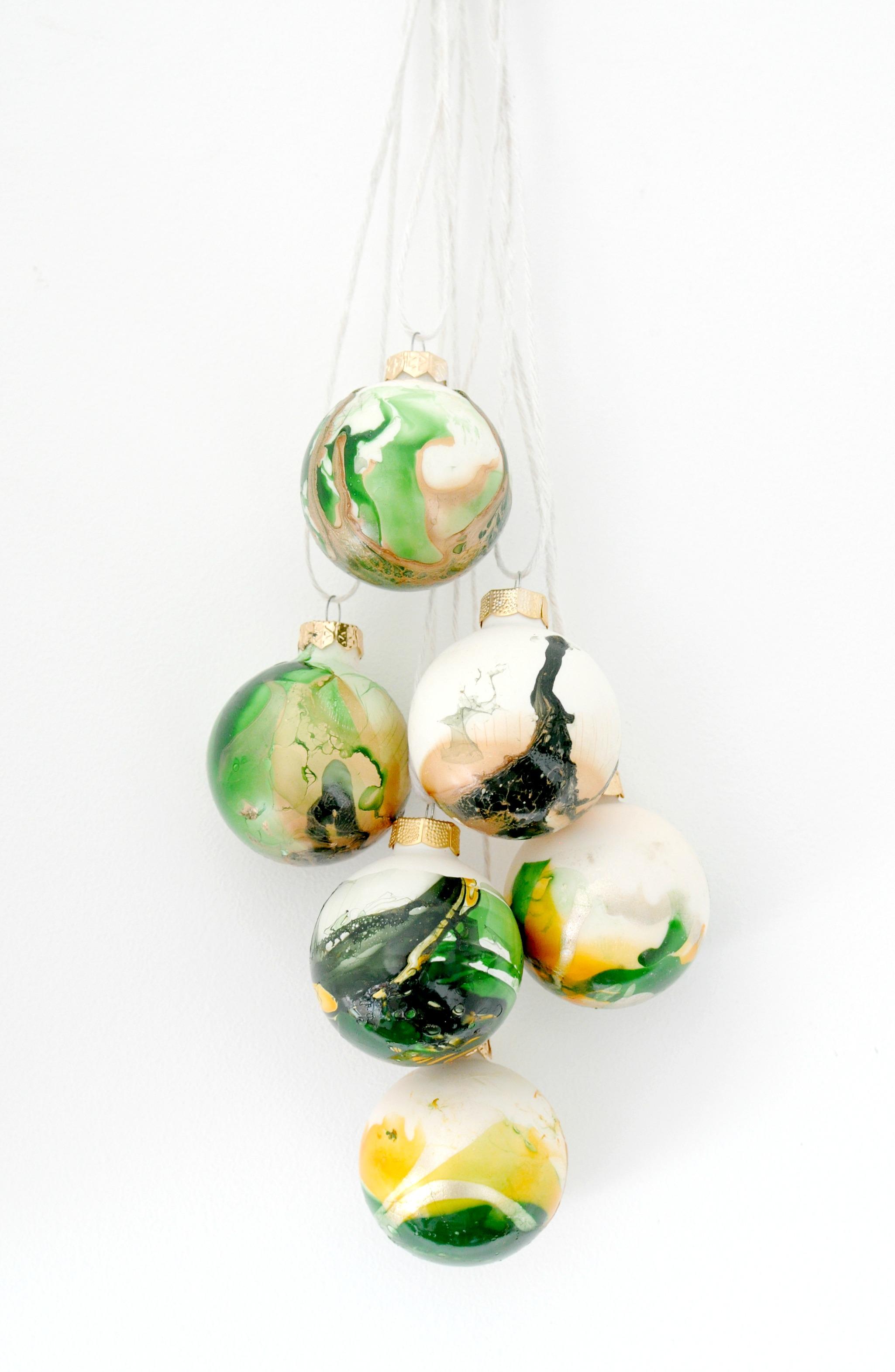 marble kerstballen met nagellak