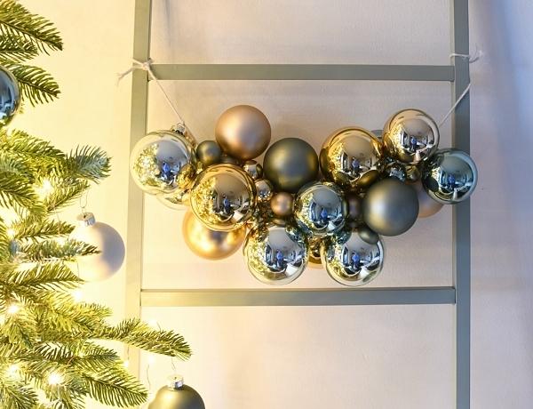 Een super simpele slinger van kerstballen