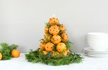kerstboom van mandarijnen voor op de kersttafel