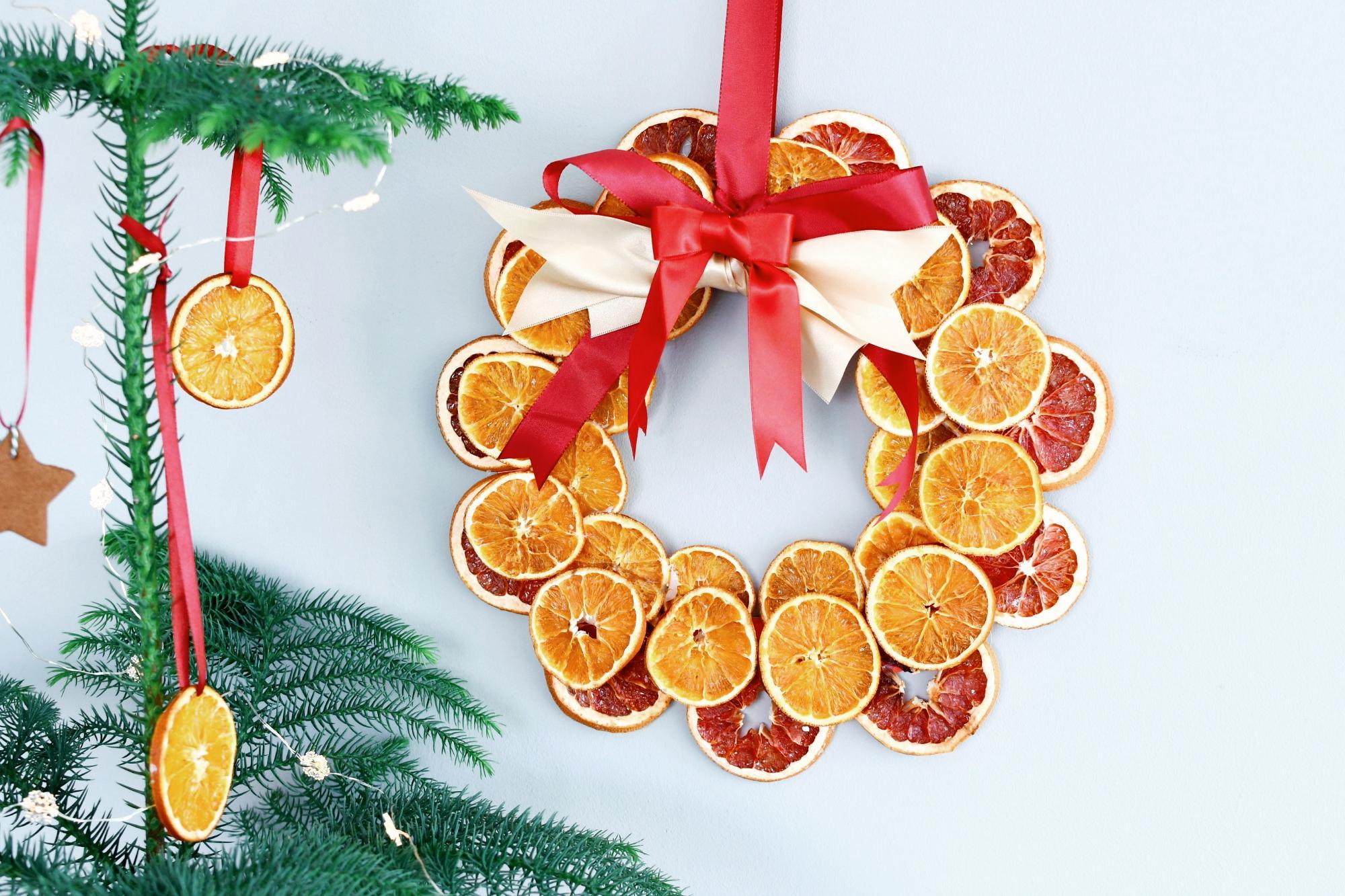 kerstkrans van gedroogd citrusfruit