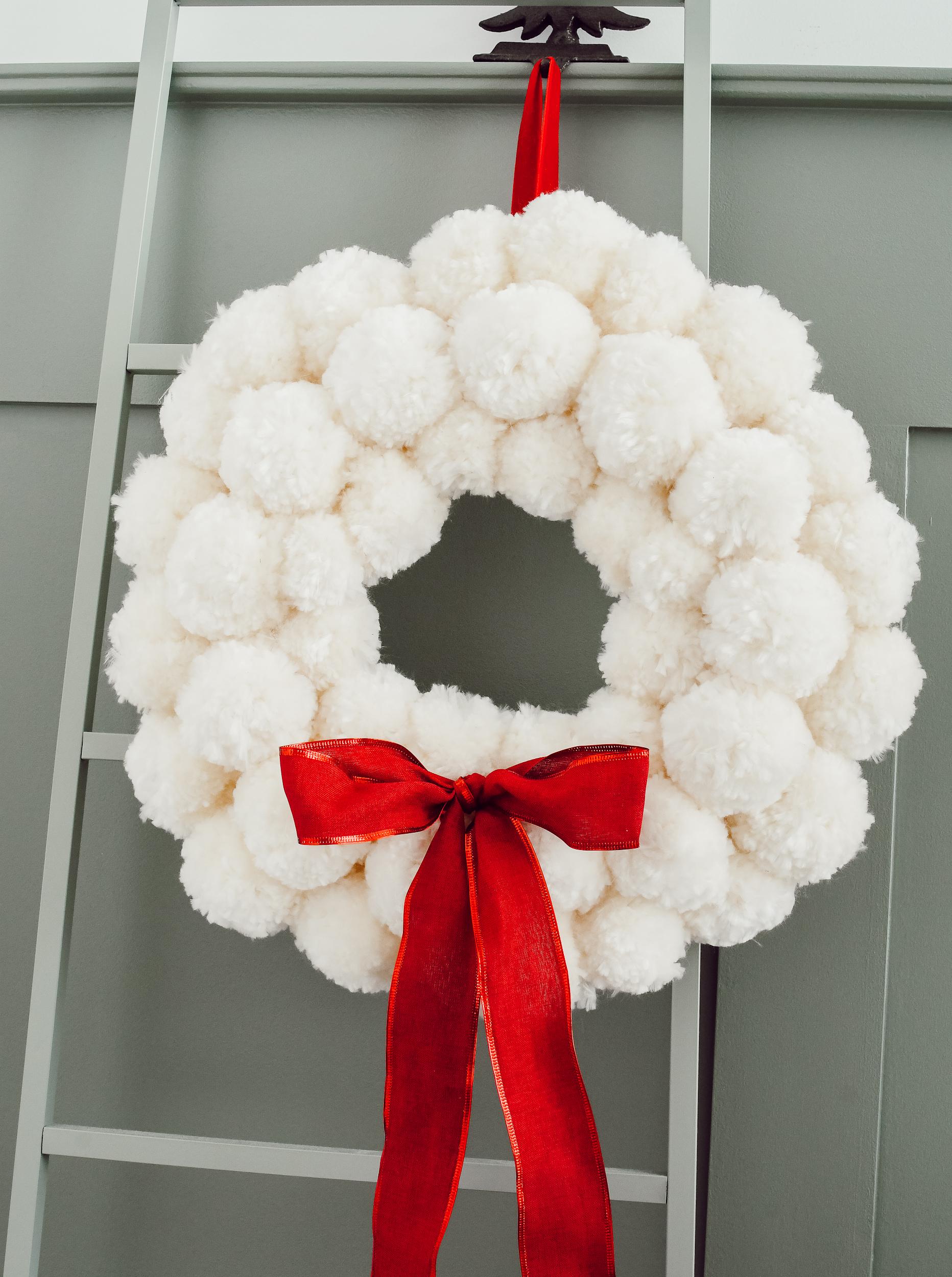 kerstkrans met sneeuwballen pompoms
