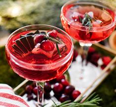 Kerstcocktail met cranberrysap & feestelijke ijsklontjes